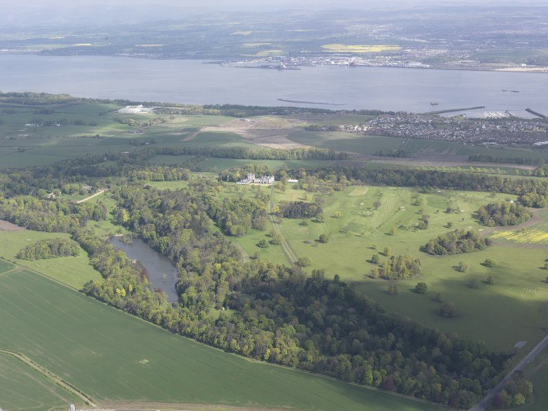General oblique aerial view of Dundas Castle, Dundas Park Golf Course, Dundas Loch, Dalmeny, looking NW.