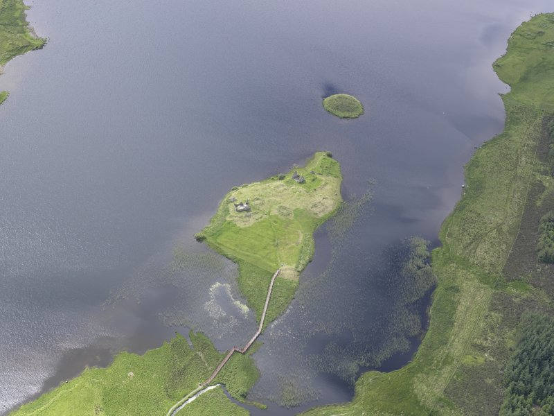 Oblique aerial view of Eilean Mor, Eilean Na Comhairle and Finlaggan Castle, looking SSW.