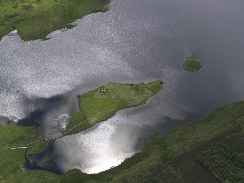 Oblique aerial view of Eilean Mor, Eilean Na Comhairle and Finlaggan Castle, looking S.