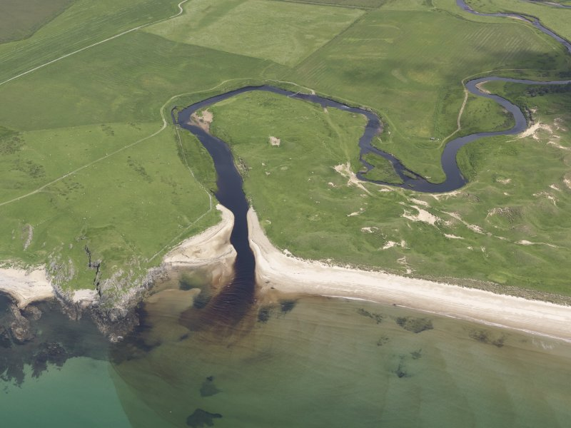 Oblique aerial view of Laggan Bay, River Laggan and Cnoc Ebric, looking NE.