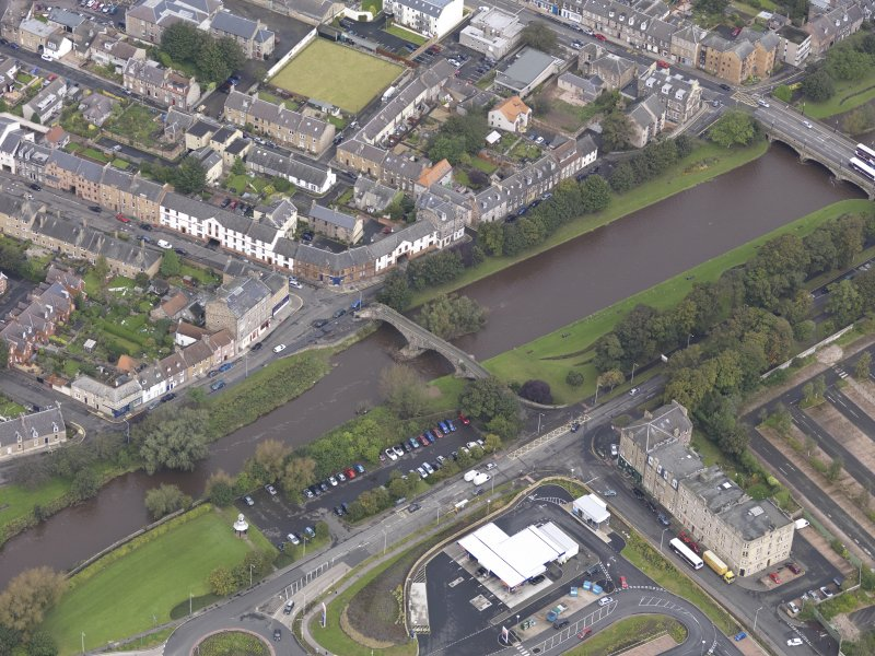 Oblique aerial view of Musselburgh Old Bridge, looking to the N.