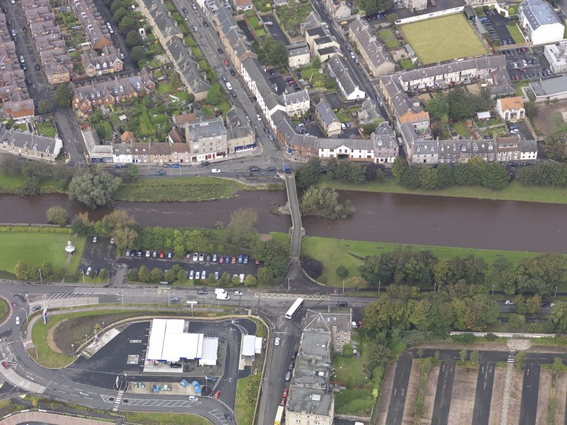 Oblique aerial view of Musselburgh Old Bridge, looking to the NNE.