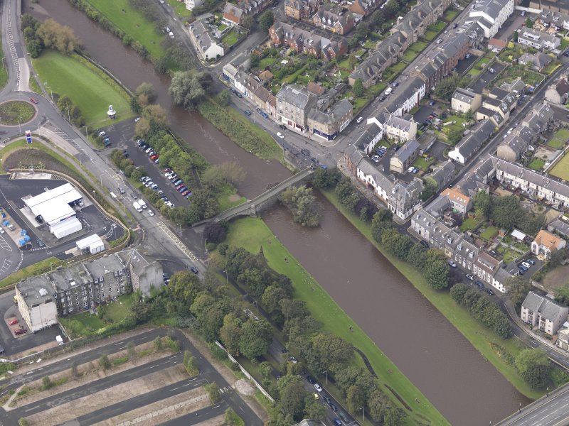 Oblique aerial view of Musselburgh Old Bridge, looking to the W.