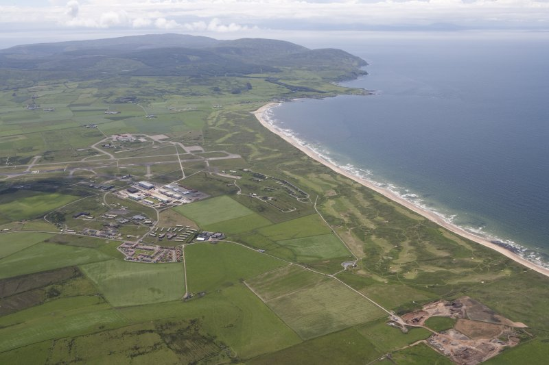 General oblique aerial view of Machrihanish Golf Course, Langa Quarry and Campbeltown Airport, looking SSW.