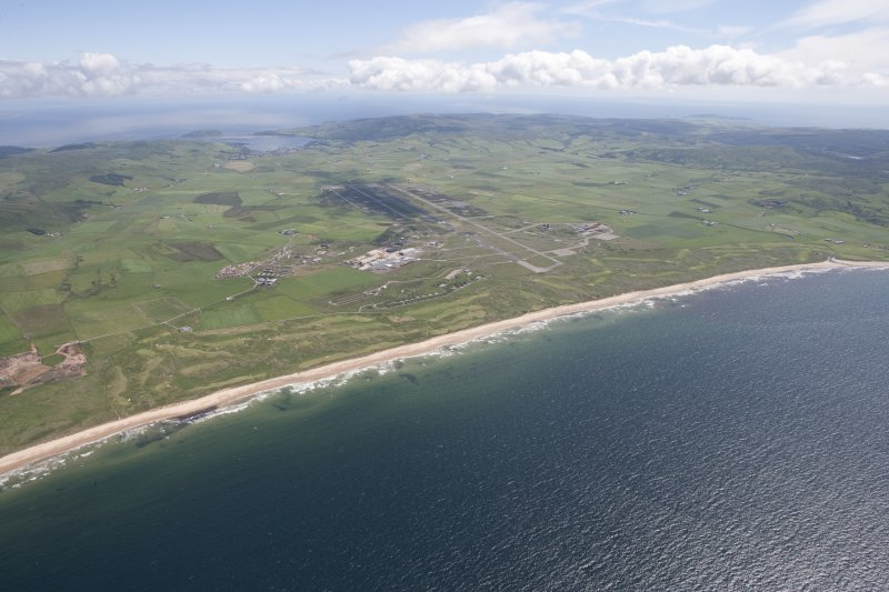 General oblique aerial view of Machrihanish Golf Course, Langa Quarry and Campbeltown Airport, looking SE.