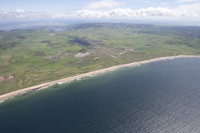 General oblique aerial view of Machrihanish Golf Course and Campbeltown Airport, looking SE.
