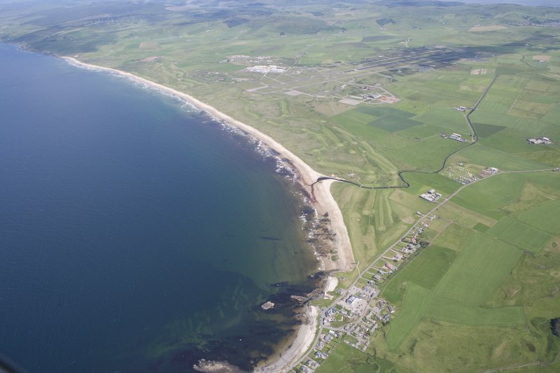 General oblique aerial view of Machrihanish Golf Course and Campbeltown Airport, looking NE.