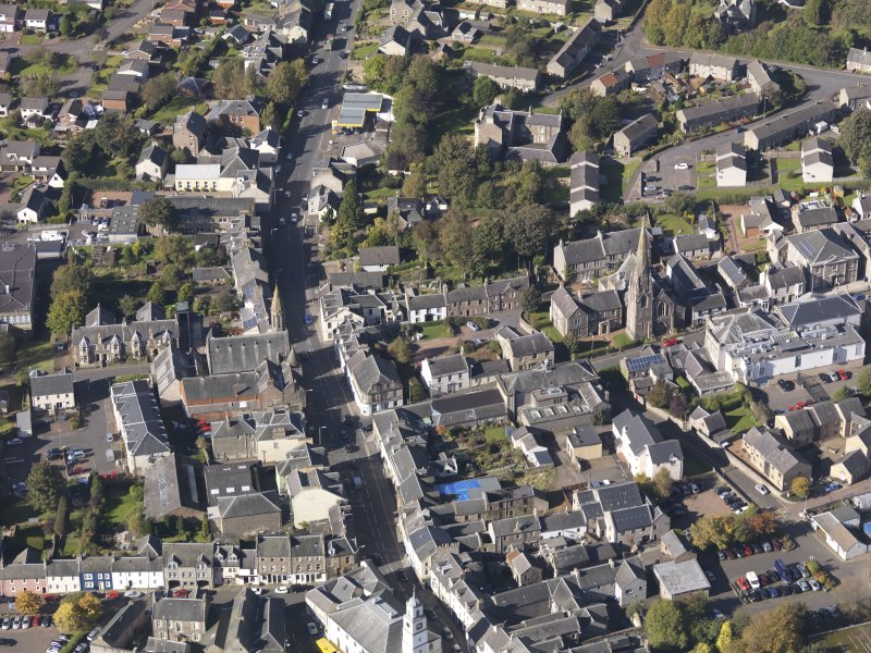 General oblique aerial view of Lanark High Street centred on St Nicholas Church, taken from the SE.