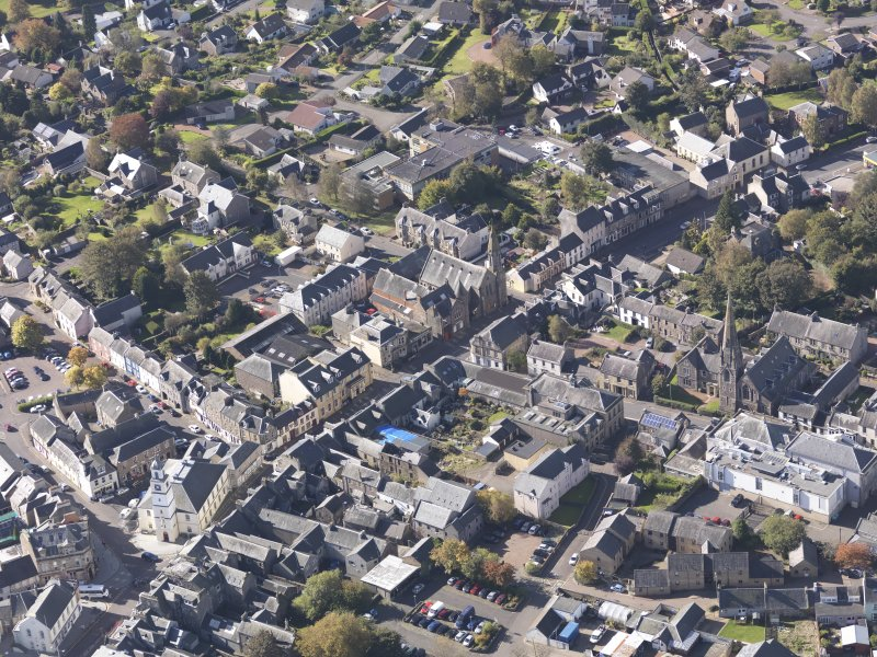 General oblique aerial view of Lanark High Street centred on St Nicholas Church, taken from the NE.