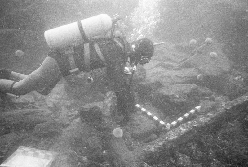 Keith Muckelroy measuring the large anchor, almost certainly belonging to El Gran Grifón, found some 60m to seaward of the main site in a depth of 23m (1977).
