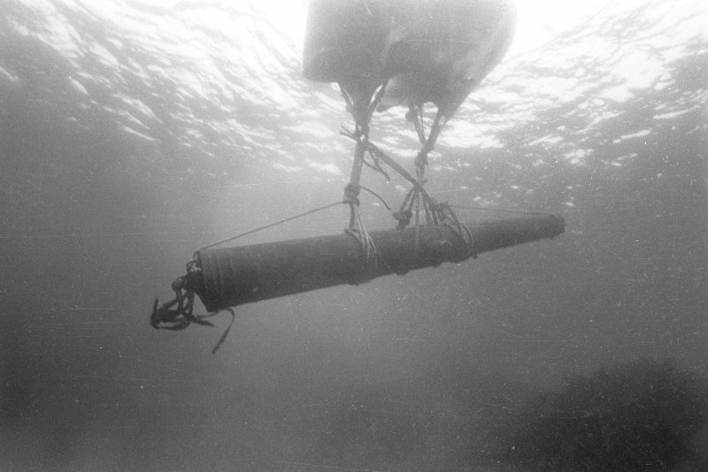 The bronze media culebrina suspended under two air-filled lifting-bags (1977).