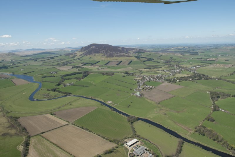 General oblique aerial view of Tinto Hill and the Upper Clyde Valley centred on the village of Symington, looking to the WNW.