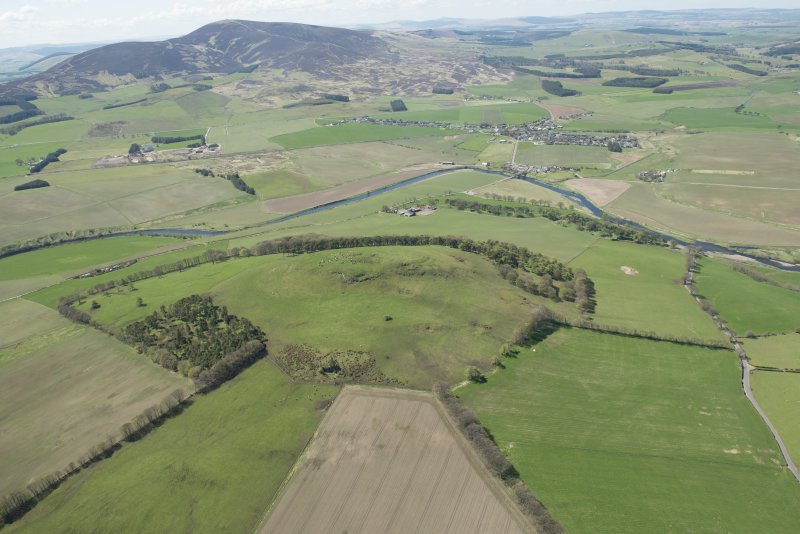 General oblique aerial view of the Upper Clyde Valley centred on Quothquan Law with Thankerton and Tinto Hill beyond, looking to the W.