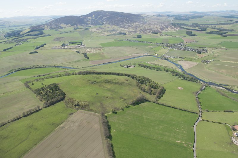 General oblique aerial view of the Upper Clyde Valley centred on Quothquan Law with Thankerton and Tinto Hill beyond, looking to the SW.