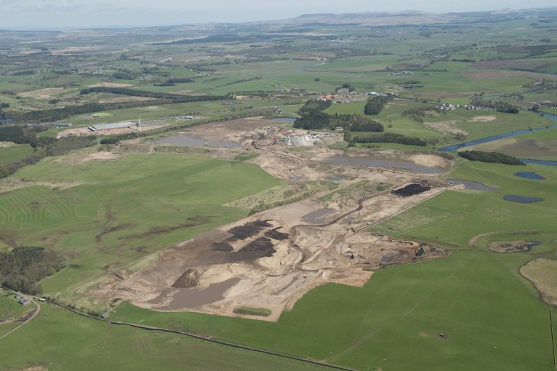 General oblique aerial view of the Upper Clyde Valley centred on  Hyndford Quarry, looking to the NE.