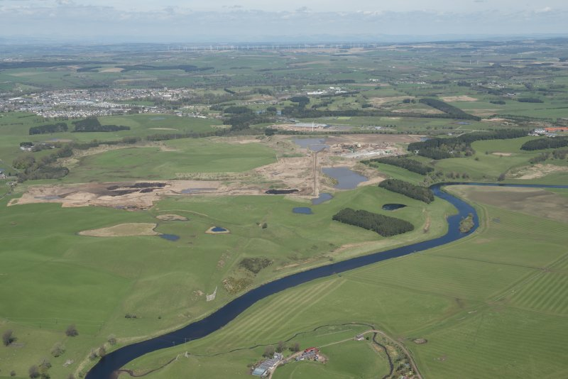 General oblique aerial view of the Upper Clyde Valley centred on  Hyndford Quarry, looking to the NNW.