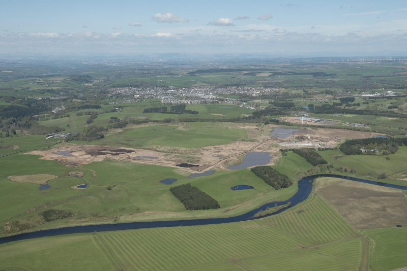 General oblique aerial view of the Upper Clyde Valley centred on  Hyndford Quarry, looking to the NW.