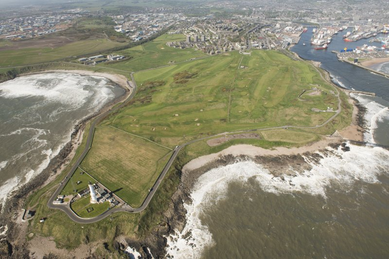 General oblique aerial view of Aberdeen, Girdleness centred on Girdleness Lighthouse and Balnagask Golf Course, looking to the SW.