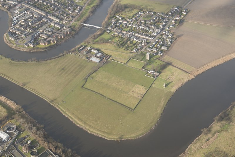 Oblique aerial view of Cambuskenneth Abbey and village, looking NNW.