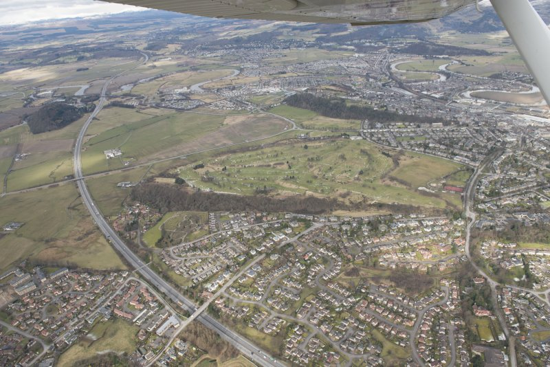 General oblique aerial view looking towards Stirling Castle centred on the King's Park and Stirling golf course, looking to the N S.