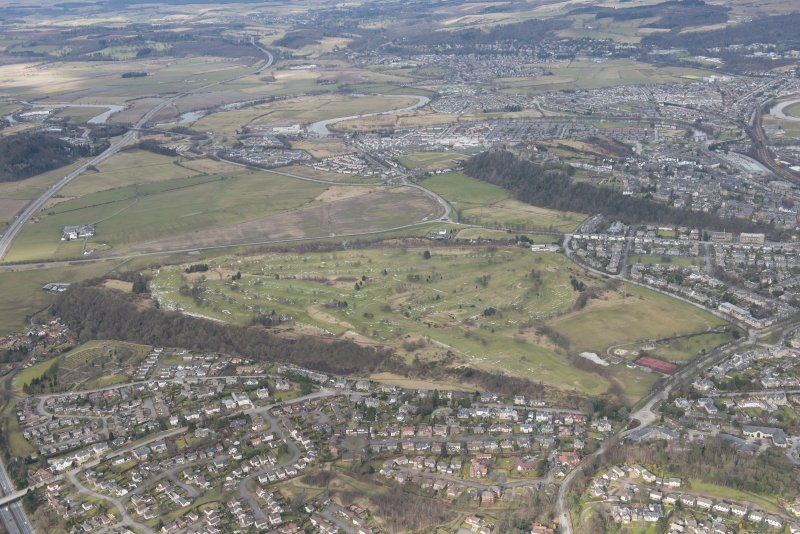 General oblique aerial view looking towards Stirling Castle centred on the King's Park and Stirling golf course, looking to the N.