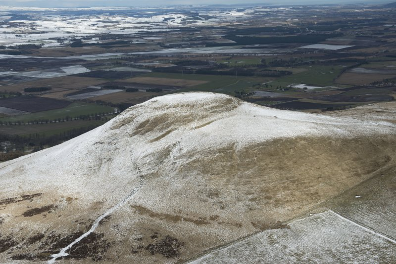 Oblique aerial view of East Lomond Hill fort, looking NNE.