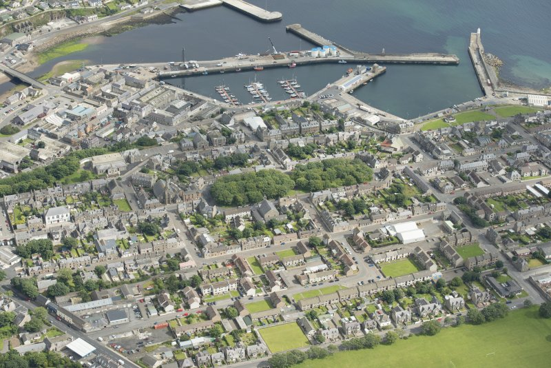 Oblique aerial view of Wick Harbour and Argyle Square, looking NE.
