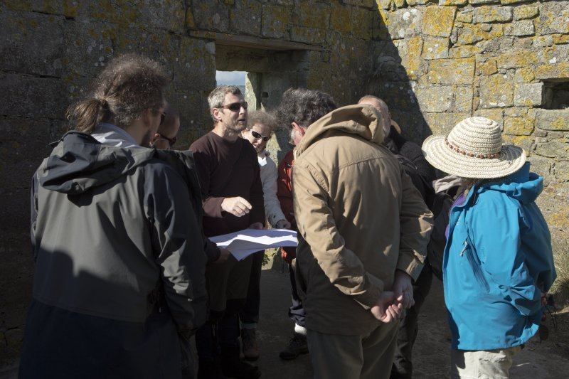 Piers Dixon explaining plan of site to volunteers