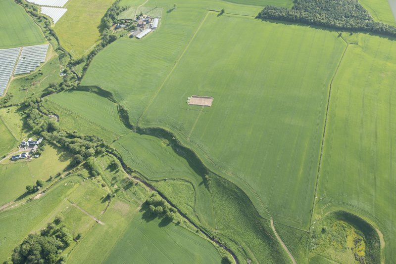 General oblique aerial view centred on the Glasgow University excavations at Leadketty, looking SW.