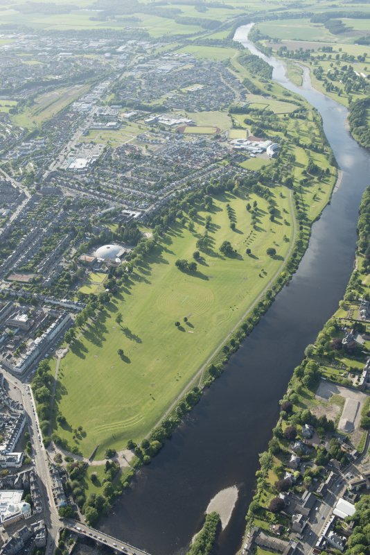 General oblique aerial view of the North Inch, Perth, and the River Tay, looking NNW.