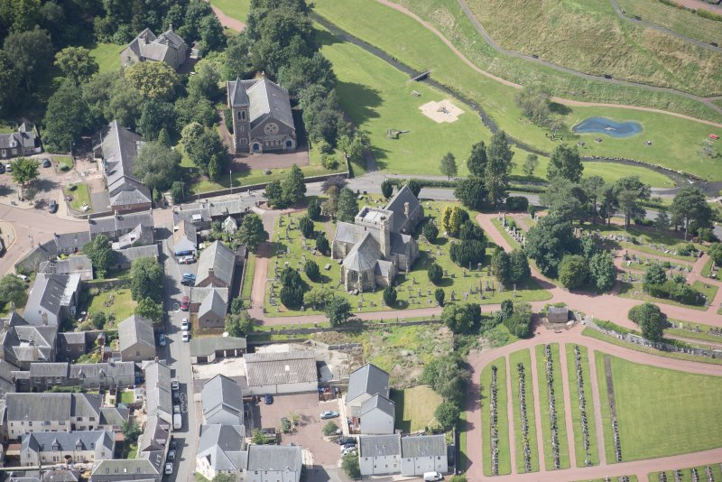 Oblique aerial view centred on the former Moat Park Church, Biggar Church and the Burn Braes, looking WSW.