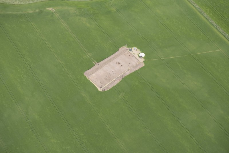 Oblique aerial view centred on the Glasgow University excavations at Leadketty, looking SE.