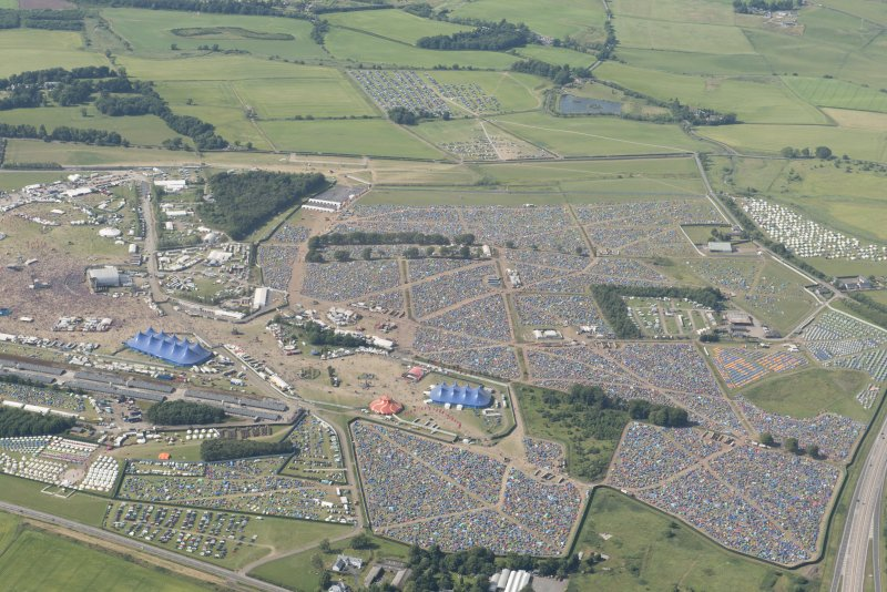 General oblique aerial view centred on the T in the Park festival at Balado, looking NNW.