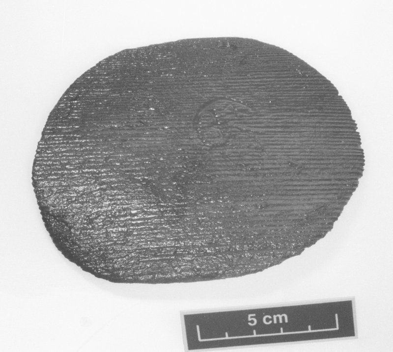 Wooden disk with stamped or branded mark (DP99/020). Scale 5 centimetres. (Colin Martin)