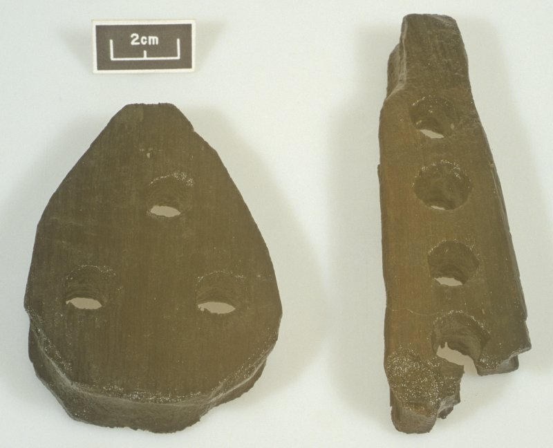 Left, a wooden deadeye (DP99/037); right, a euphroe (DP99/019). Scale 2 centimetres. (Colin Martin)
