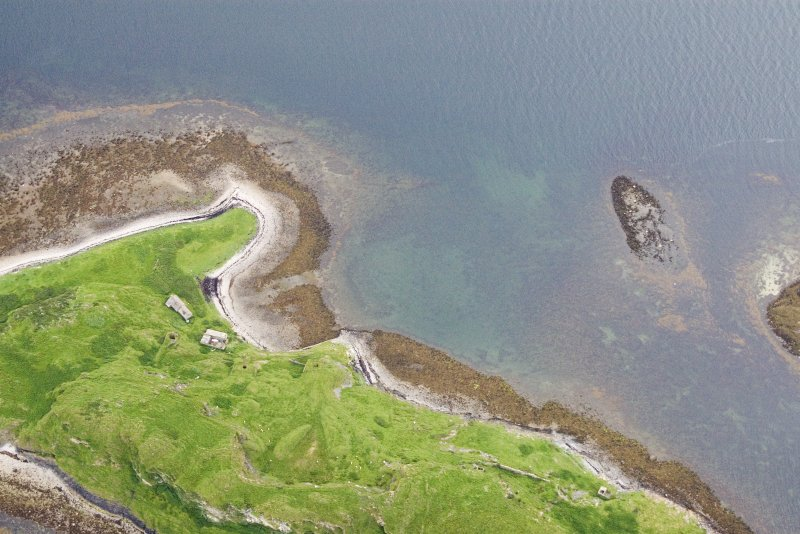 Aerial photograph of Sheep Island from the W. The cleared strip up the centre of the beach leading towards Kiln 1 is clear. On the right is a horseshoe-shaped reef (an Càrn = pile of stones) which appears to have served as a ballast dump. (Colin Martin)