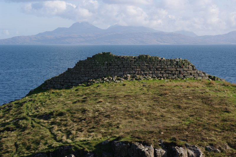 Headland fort from the NE, looking towards Rum. (Colin Martin)