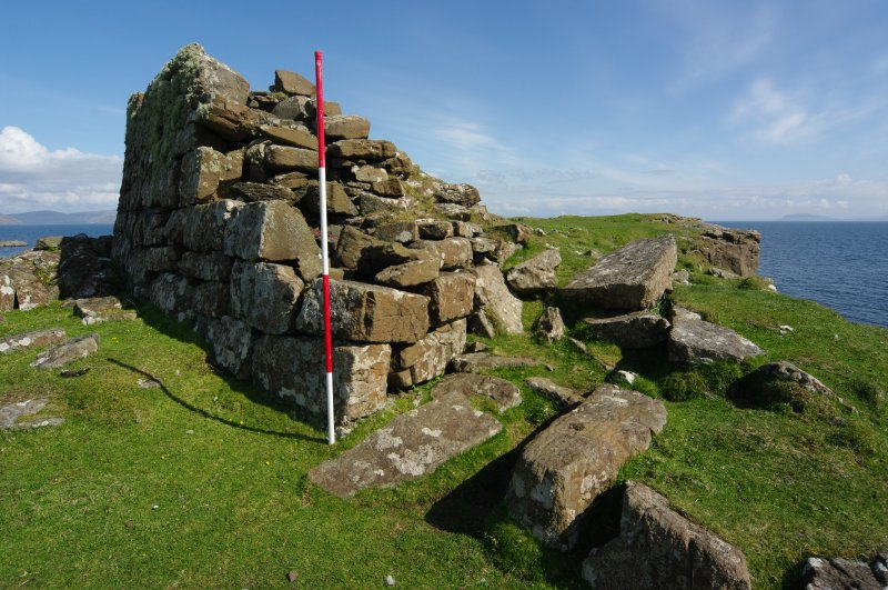 Headland fort, entrance. Scale 2 metres. (Colin Martin)
