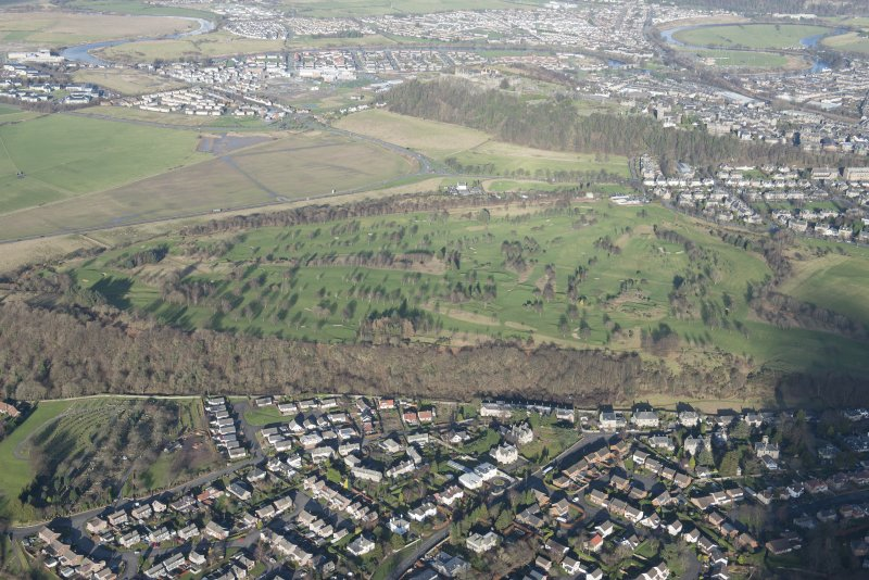 General oblique aerial view of Stirling Golf Course, the King's Park and the disused race course with Stirling Castle beyond, looking NNE.
