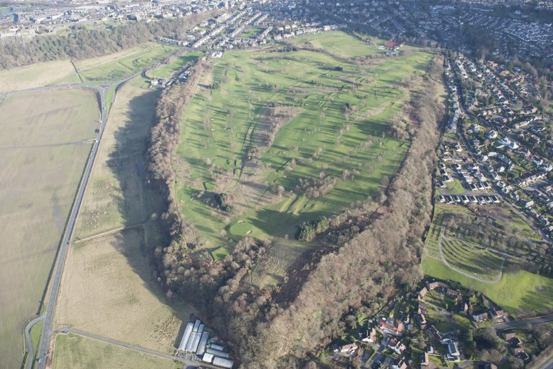 General oblique aerial view of Stirling Golf Course, the King's Park and the disused race course with Stirling Castle beyond, looking E.