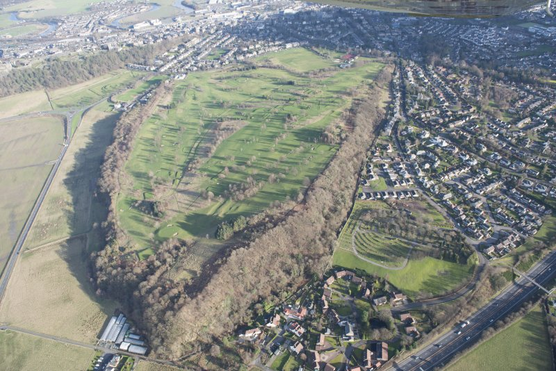 General oblique aerial view of Stirling Golf Course, the King's Park and the disused race course with Stirling Castle beyond, looking ESE.