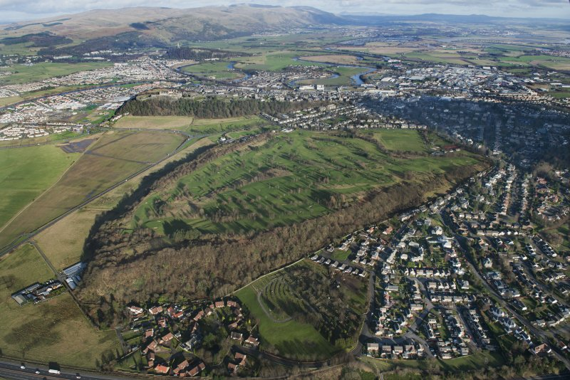 General oblique aerial view of Stirling Golf Course, the King's Park and the disused race course with Stirling Castle beyond, looking NE.