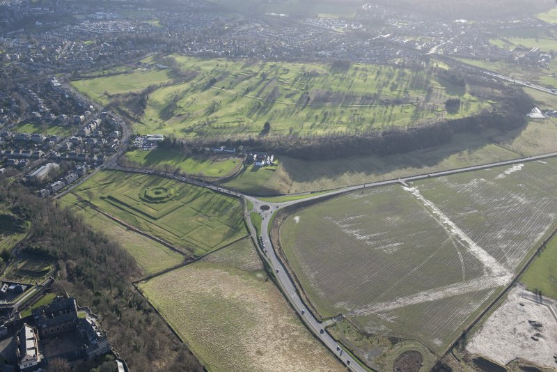 General oblique aerial view of Stirling Golf Course, the King's Park, the disused race course, the King's Knot and the dam, looking SSW.