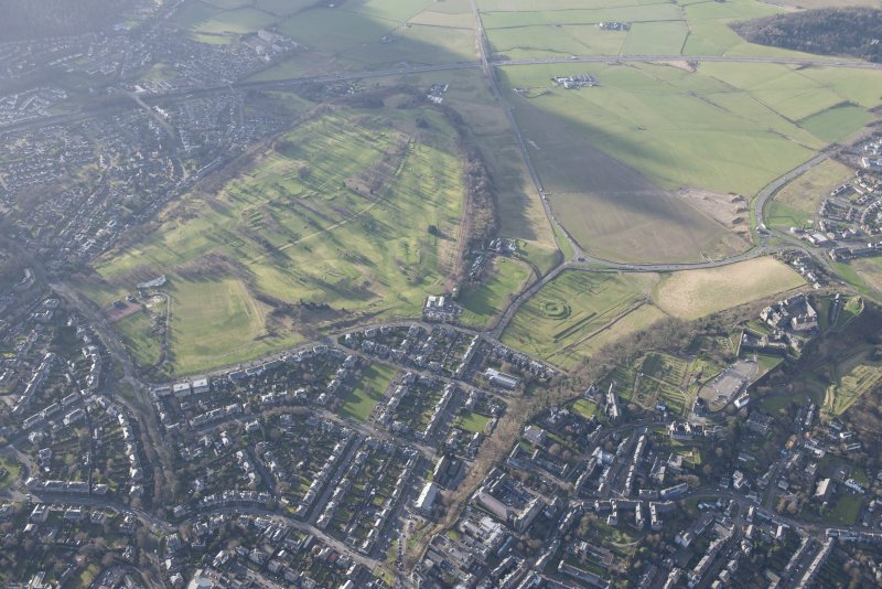 General oblique aerial view of the King's Park, the King's Knot, the golf course, the farmstead and the disused race course, looking W.