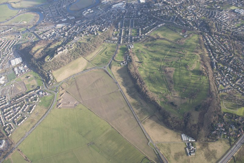 General oblique aerial view of the King's Park, the King's Knot, the golf course and the disused race course and Stirling Castle, looking ESE.