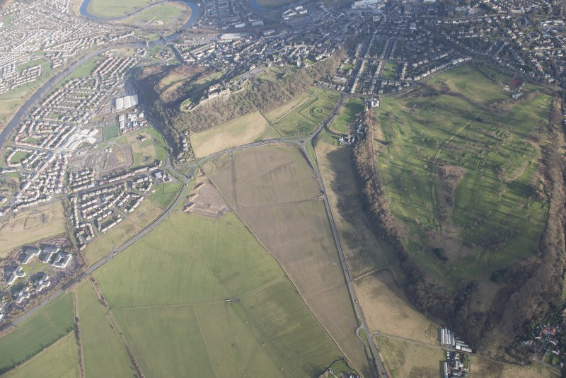 General oblique aerial view of the King's Park, the King's Knot, the golf course and the disused race course and Stirling Castle, looking ENE.