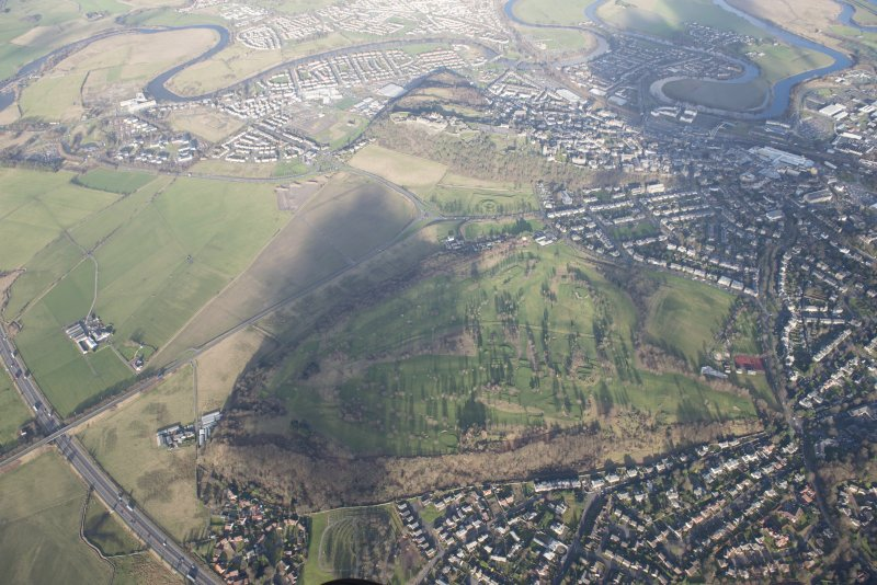 General oblique aerial view of the King's Park, the disused race course and the golf course, with the King's Knot and Stirling Castle beyond, looking NNW.