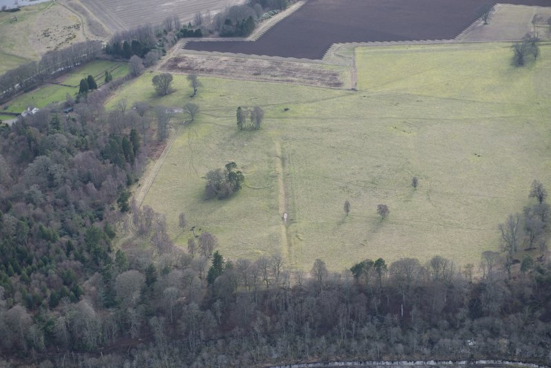 Oblique aerial view of the site of Delvine Golf Course and Inchtuthil, looking SW.