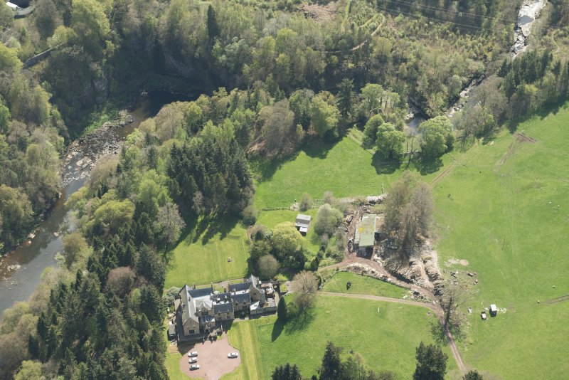 Oblique aerial view of Corra Castle and Corehouse Country House, looking SE.