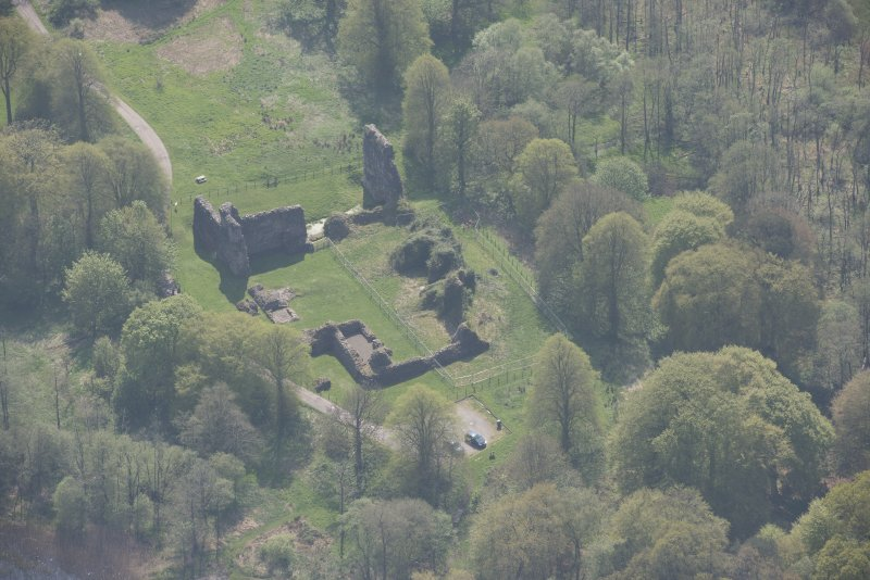 Oblique aerial view of Lochmaben Castle, looking S.